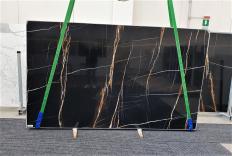 Fornitura lastre grezze lucide 2 cm in marmo naturale Sahara Noir 1318. Dettaglio immagine fotografie